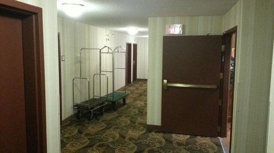 Country Inn & Suites By Carlson, Winnipeg, MB: Main floor hallway