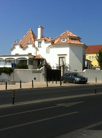 Hotel Londres: Elegant rooftop of a house in Estoril near the beach.