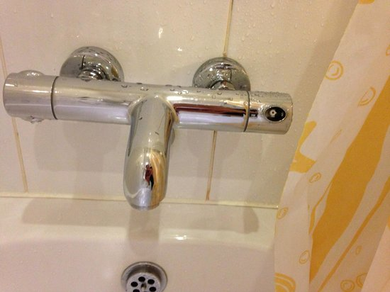 Treacys Hotel Waterford: Broken shower head
