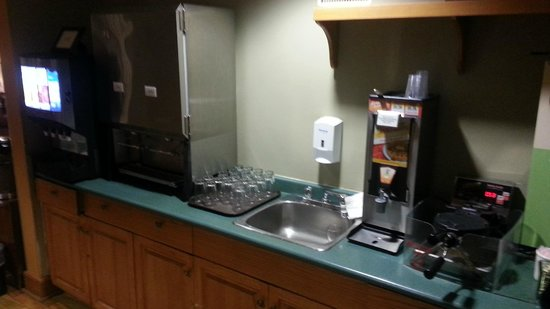 Country Inn & Suites By Carlson, Winnipeg, MB : Continental breakfast (other side of room)