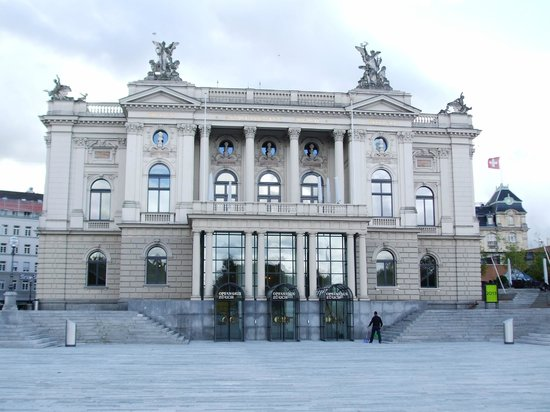 Opernhaus: Front view of the Opera House from the square