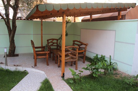 Theranda Hotel : Small garden grassy area with tables and chairs. Other chairs are not in picture.