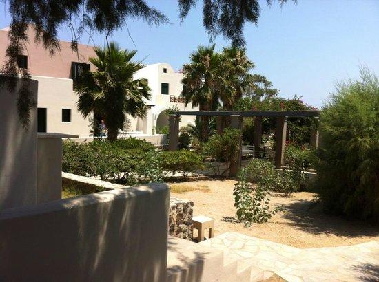 9 Muses Santorini Resort: giardino interno