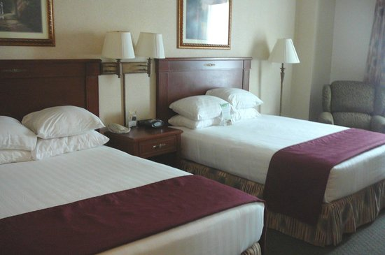 Drury Inn & Suites Cincinnati Sharonville: Beds with lots of pillows