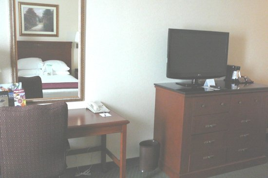 Drury Inn & Suites Cincinnati Sharonville: desk & TV