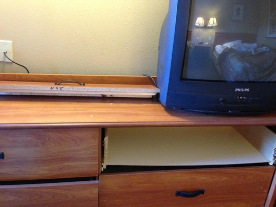 Econo Lodge Downtown: Broken Drawer on Dresser