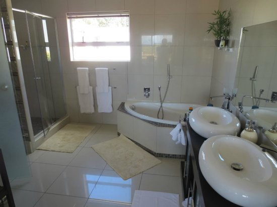 Inverdoorn Game Reserve : The bathroom
