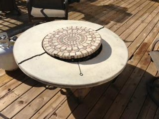 Eagle Ridge Resort & Spa: Cracked/unsafe fire pit