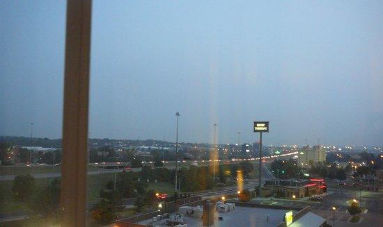 Drury Inn & Suites Cincinnati Sharonville: View from room at night -  lots of traffic