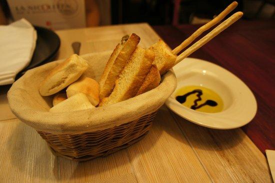 La Nicoletta Castellana : gratis mandje brood met olijfolie