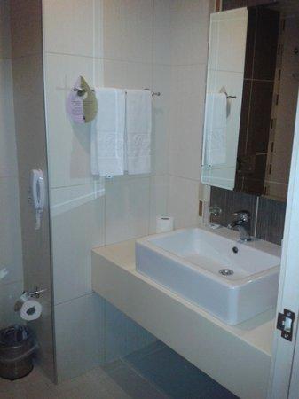 Blue Regency Hotel: Bathroom standard room