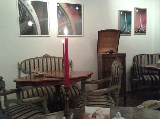 kunst an der wand alter schallplattenspieler photo de quesera kunstkaffeehaus murten. Black Bedroom Furniture Sets. Home Design Ideas