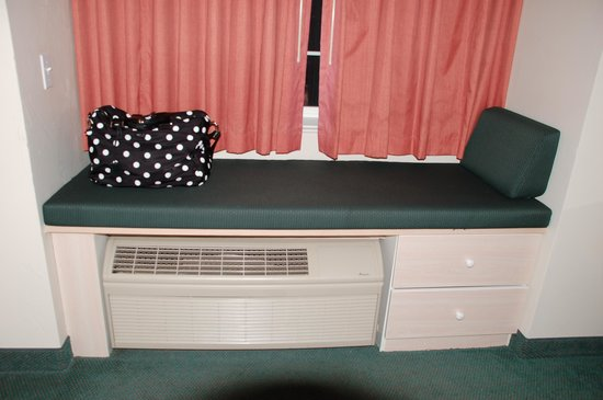 River Canyon Lodge Inn and Suites: Cute little window seat over the A/C unit
