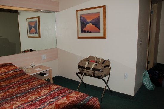 River Canyon Lodge Inn and Suites: Lots of room to manoeuver in a handicap accessible  room