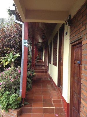 Posada Colibri: Pasillo a las habitaciones