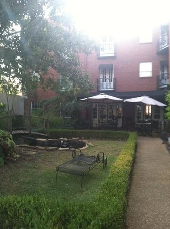 Old Capitol Inn: courtyard