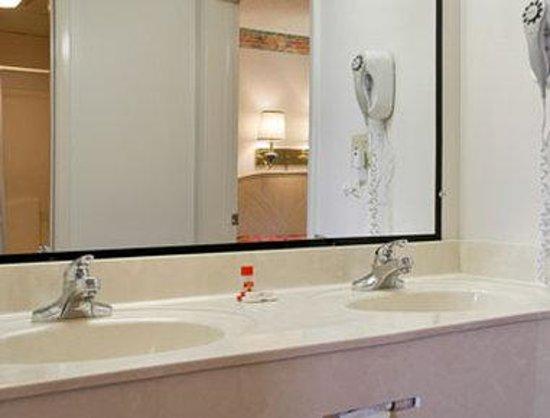Super 8 Sevierville: Bathroom