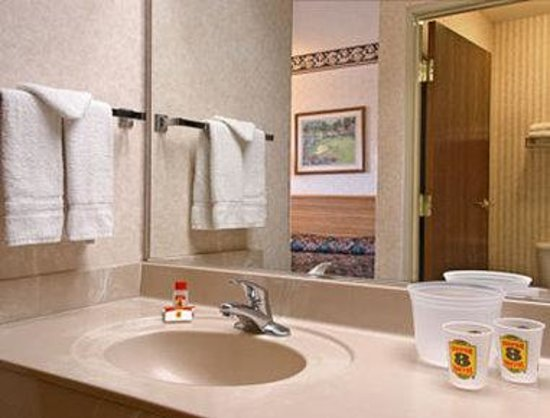 Super 8 Marana/Tucson Area: Bathroom
