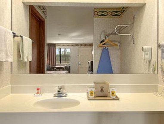 Super 8 Cabot: Bathroom