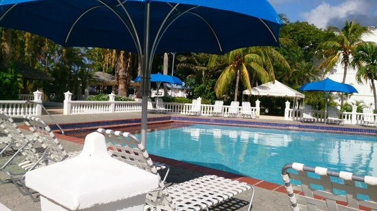 Holiday Beach Hotel and Casino: Piscina calida