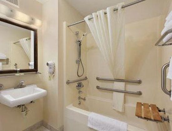 Super 8 Butte Mt: ADA Bathroom