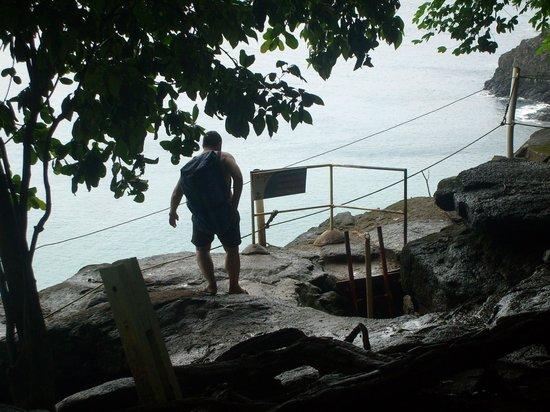 Baia do Sancho : Escada de acesso à praia