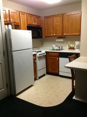 Smart Suites Burlington: Almost a full kitchen; full fridge, stove w/ oven and 4 eyes