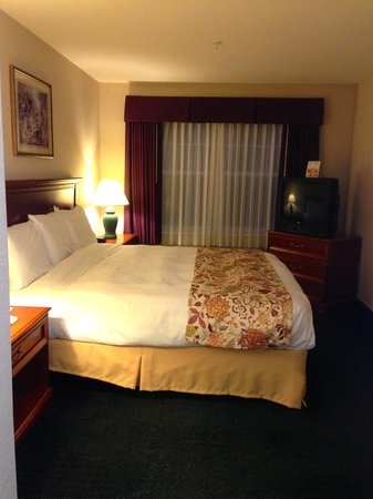 Smart Suites Burlington: comfortable beds