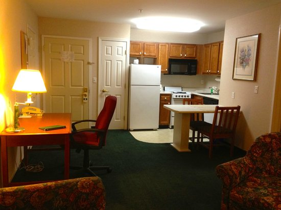 Smart Suites Burlington: Room has business area