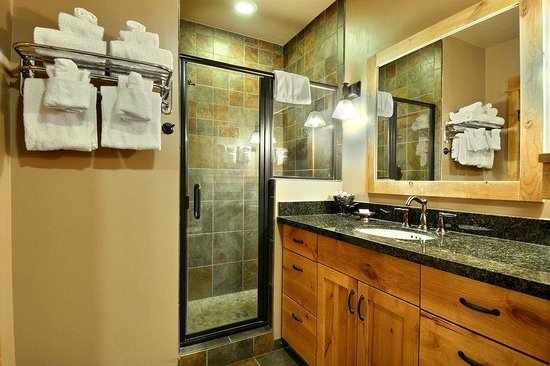 Big Sky Resort Village Center: Village Center Room Bath