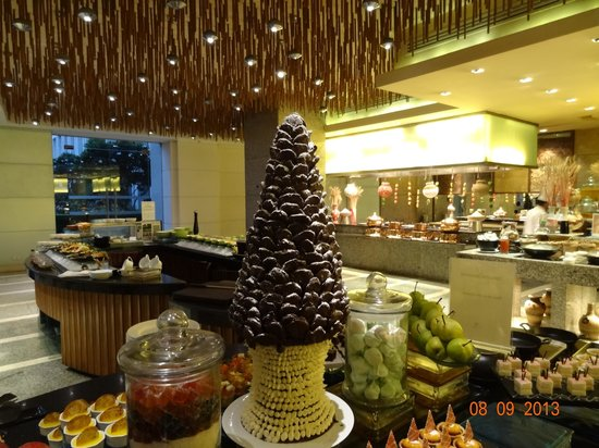 The Grand New Delhi : Buffet at The Cascades Restaurant