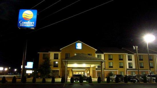 Comfort Inn & Suites Sikeston: The hotel