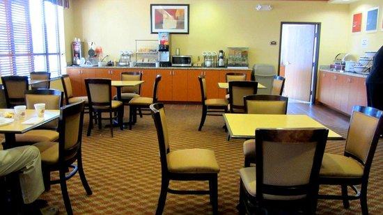 Comfort Inn & Suites Sikeston: breakfast area