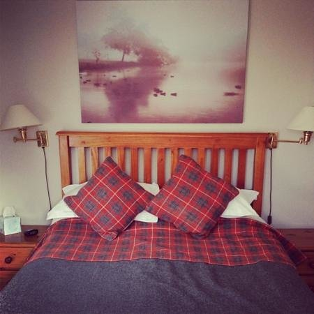Bridge Of Lochay Hotel: loved the Harris Tweed bed throw and matching cushions & curtains!