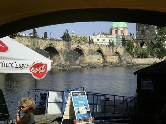 Archibald At the Charles Bridge: Vista del Puente desde el patio/bar.