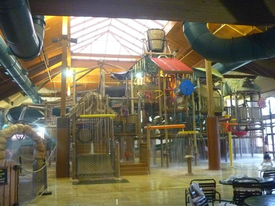 Great Wolf Lodge : Wet play place before the bucket dump