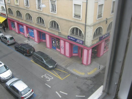 Hotel Nash Ville: Pinky store and a person wandering around