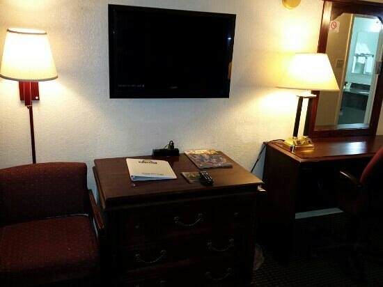 Days Inn Van Horn TX: good tv with enough chairs in room.