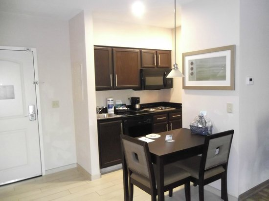 Homewood Suites by Hilton Fort Wayne : Kitchen area