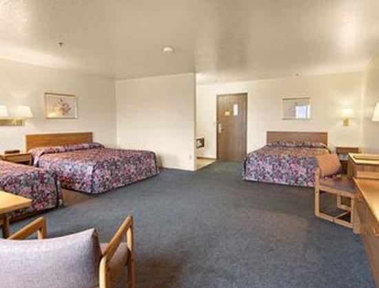 Super 8 Missoula/Reserve St.: Three Queen Bed Suite