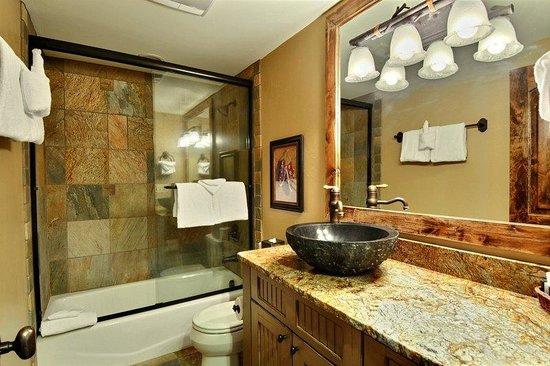 Powder Ridge Cabins: Bathroom