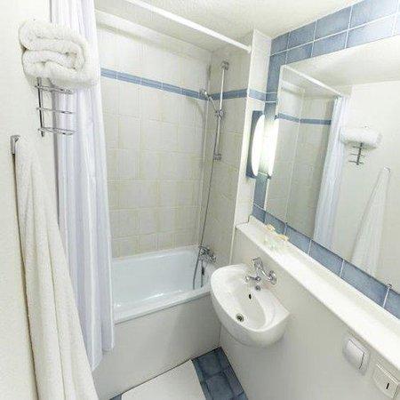 Campanile Maubeuge : Bathroom