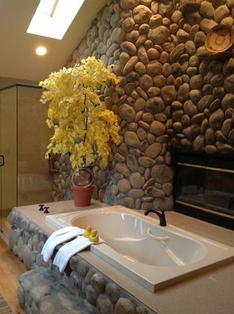 Romantic Riversong Bed and Breakfast Inn: great tub