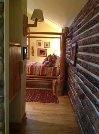 Romantic Riversong Bed and Breakfast Inn: view from hallway
