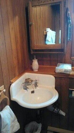 Gite au Fil du Temps: salle de douche en bois