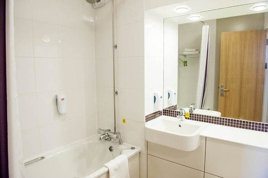 Premier Inn Harrogate South Hotel: Bathroom