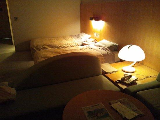 Hotel Appi Grand Tower: 寝室、ライトがダウンしかないので、暗すぎだと思います