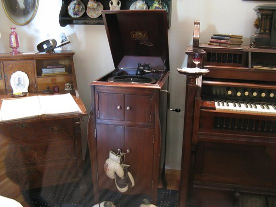 Trail of '98 Museum: A Not-So-Old Victrola