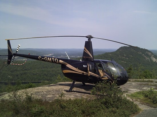 Heli Tremblant : Our helicopter atop the tiny landing spot on Green Mt.