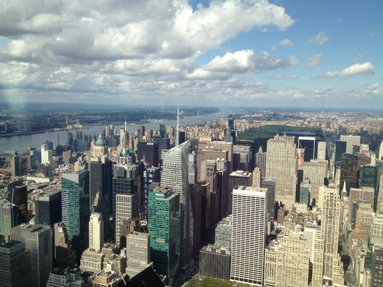 View through window on the 102nd floor foto di empire for 102nd floor empire state building